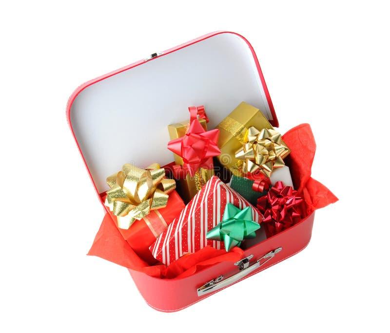 Mala de viagem completamente de presentes de Natal fotos de stock royalty free