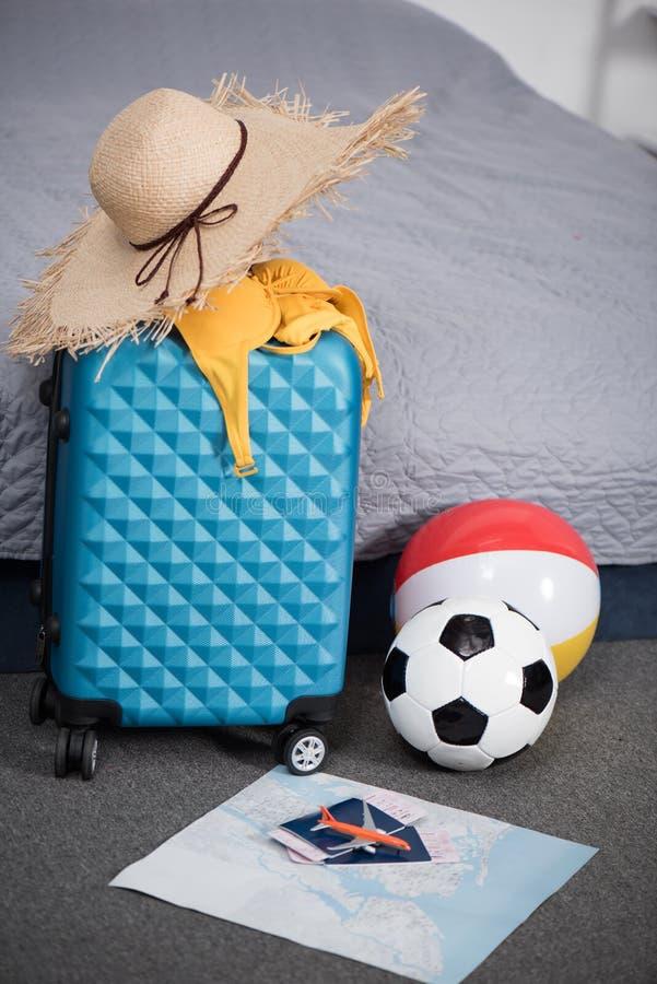 mala de viagem para a viagem com chapéu e bolas de palha imagem de stock royalty free