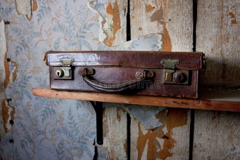 Download Mala de viagem velha imagem de stock. Imagem de sótão - 16874255
