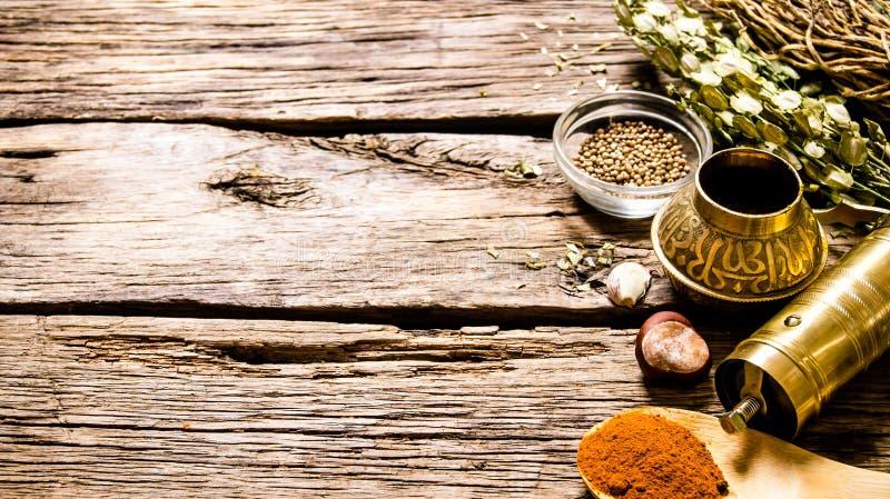 Mala med aromatiska kryddor och örter royaltyfri bild