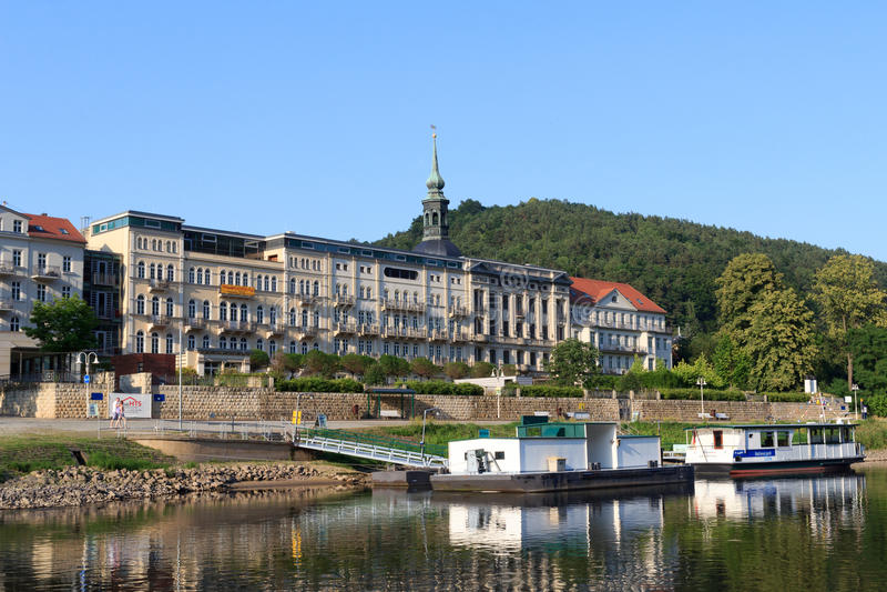 Mala 'promenade' de Schandau Elba con el hotel Elbresidenz y embarcadero del aterrizaje en Suiza sajona foto de archivo libre de regalías