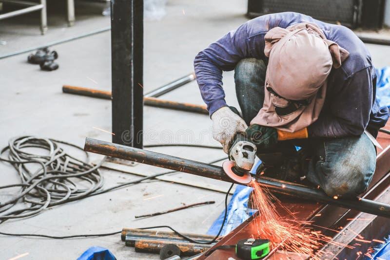 Mala stål och stålsvetsning arkivfoton