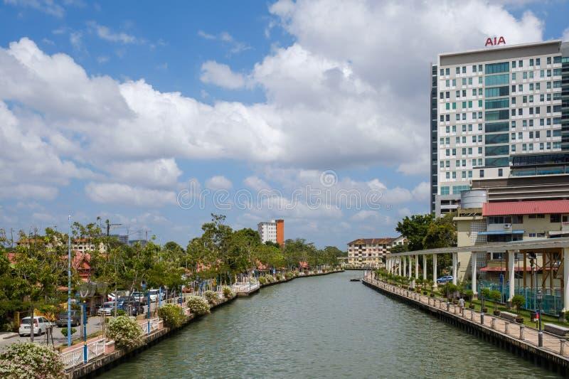 MALACA, MALASIA - 4 DE FEBRERO DE 2018: La ciudad vieja y nueva de Malaca dividió por el río foto de archivo libre de regalías