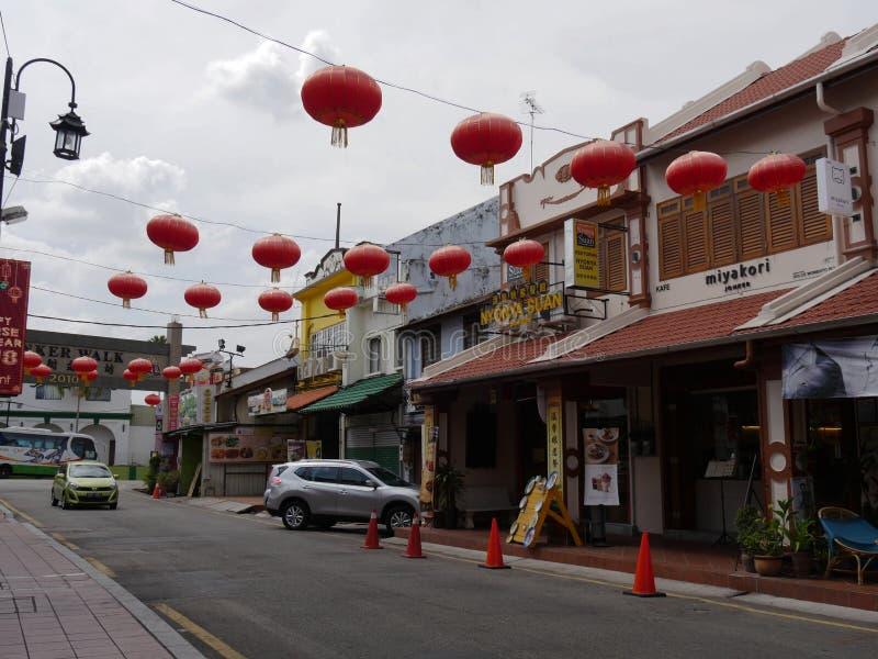 Malacca, Μαλαισία--Το Φεβρουάριο του 2018: Μερικά από τα εστιατόρια κατά μήκος της οδού Jonker με τα κόκκινα φανάρια Ο περίπατος  στοκ φωτογραφία με δικαίωμα ελεύθερης χρήσης