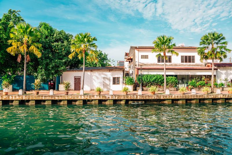 Malacca flodstad, palmträd och kanal i Malaysia royaltyfri foto