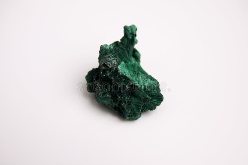 Malachit, zielony kopalina kamień odizolowywający na białym tle zdjęcie stock
