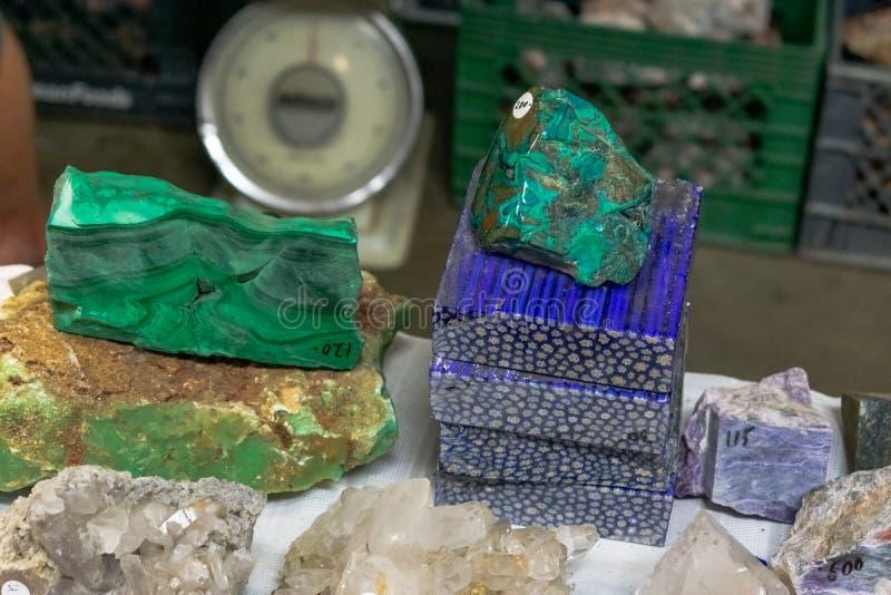 Malachite naturelle et d'autres dalles des morceaux minéraux de roche photos stock
