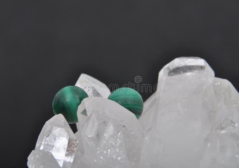 Malachite sur le cristal de roche photos libres de droits