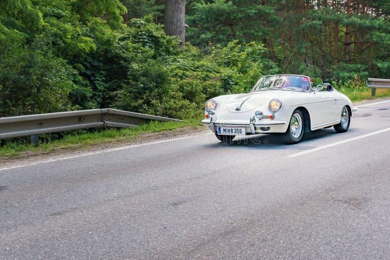 """MALACKY, SISTANI †""""CZERWIEC 2 2018: Porsche 356 speedster bierze udział w bieg podczas weterana samochodu wiecu Kamenak 2018 pr obrazy royalty free"""