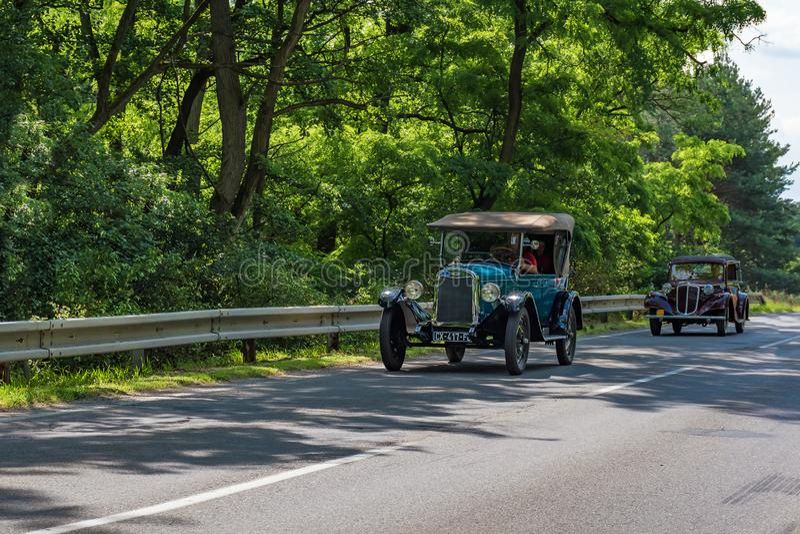 """MALACKY SLOVAKIEN †""""JUNI 2 2018: Den Chevrolet 1925 och Tatra 57 B tagandedelen i körningen under veteranbilen samlar Kamenak 2 arkivfoton"""