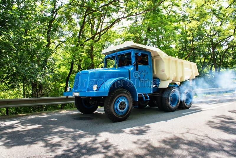 """MALACKY SLOVAKIEN †""""JUNI 2 2018: Tatra 147 DC5 tar delen i körningen under veteran som bilen samlar Kamenak 2018 på Kamennyen arkivfoto"""