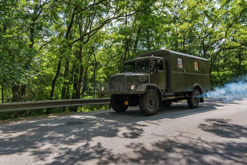 """MALACKY SLOVAKIEN †""""JUNI 2 2018: Tatra 128 tar delen i körningen under veteran som bilen samlar Kamenak 2018 på den Kamenny mly fotografering för bildbyråer"""