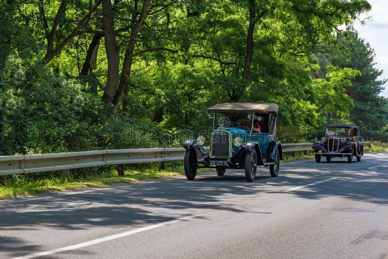 """MALACKY, SLOWAKIJE € """"2 JUNI 2018: Chevrolet 1925 en Tatra 57 B nemen aan de looppas deel tijdens de verzameling Kamenak 2018 va stock foto's"""