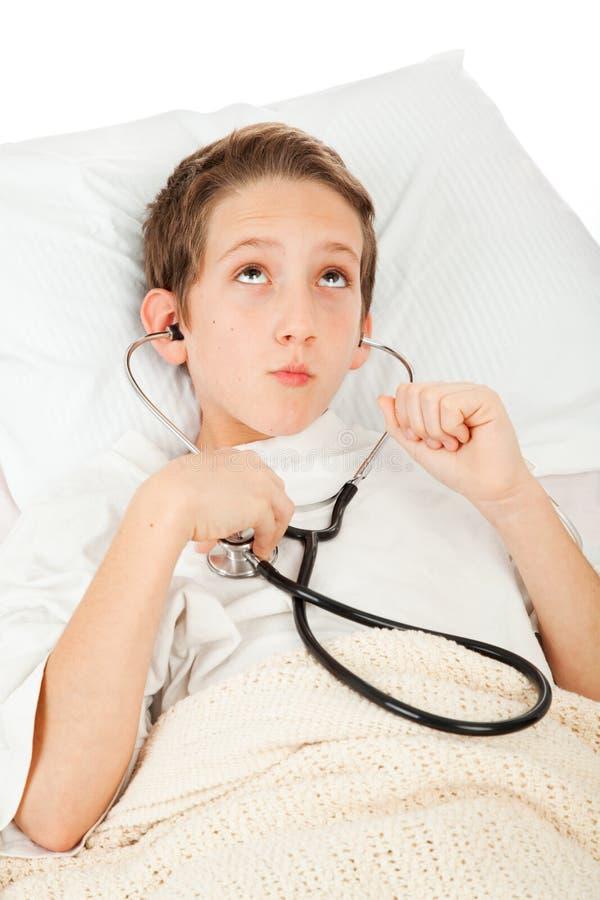 malade de écoute de coeur d'enfant à photo libre de droits