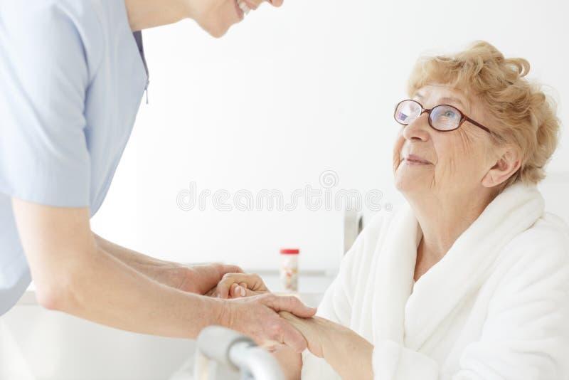Malade de mère sur l'ostéoporose images stock
