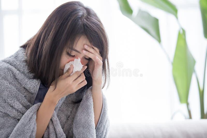 Malade et éternuement de femme image stock