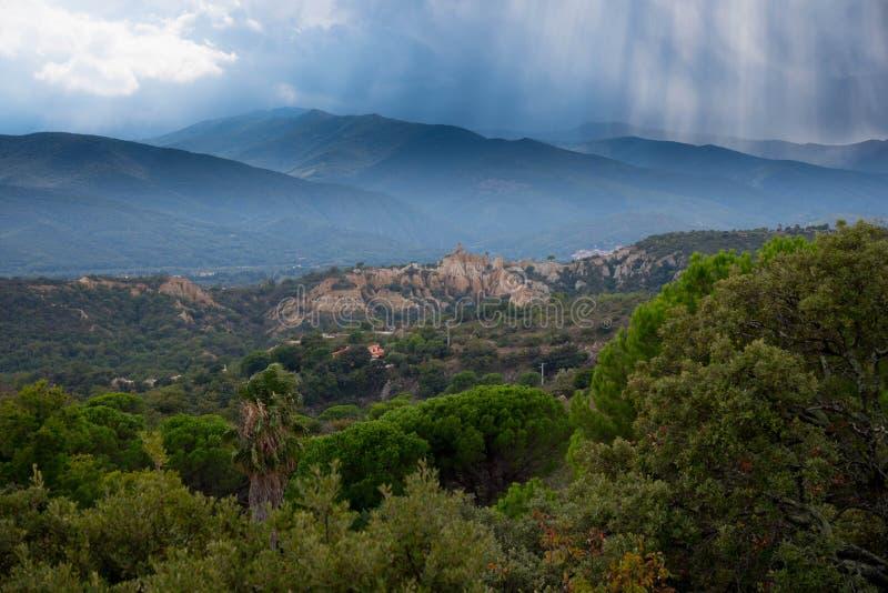 Malade-sur-Tet dans les montagnes de Pyrénées en France photographie stock libre de droits