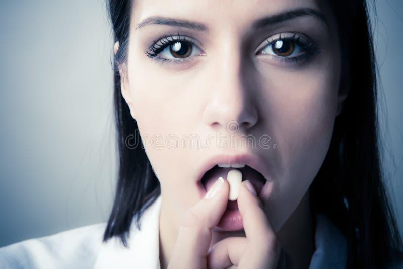 Maladie mentale Conspiration pharmaceutique Le foyer est sur la seringue image stock