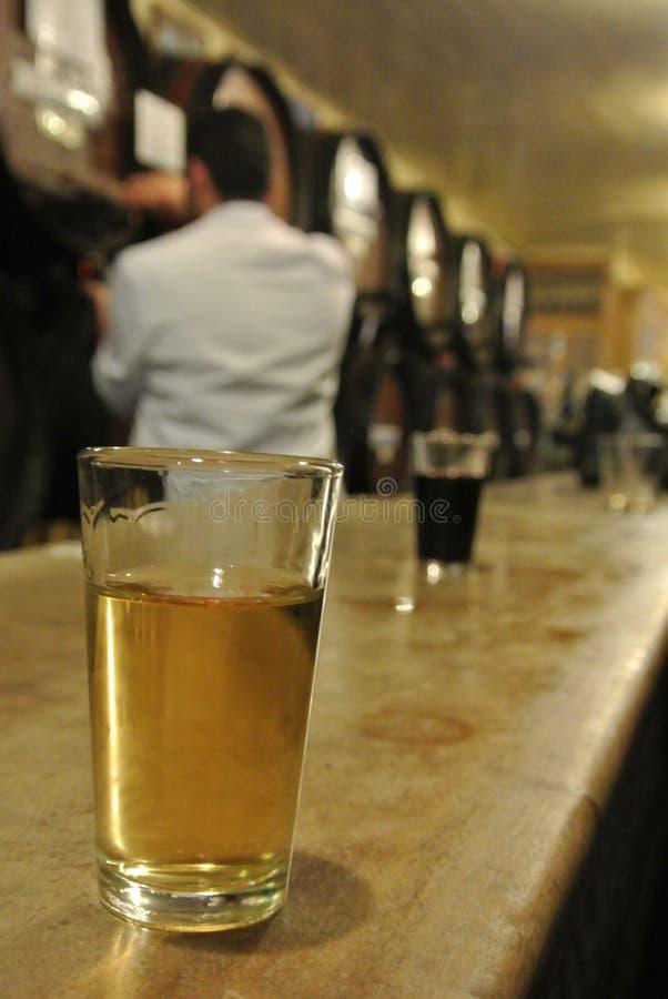 Malaga, Andalusia/Spanje - Maart 2, 2013: Een glas witte dessertwijn in de city's oudste wijnmakerij royalty-vrije stock foto