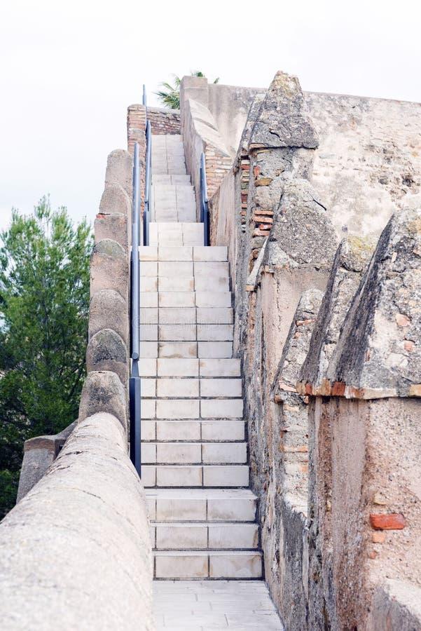 Malaga, Espagne, février 2019 Vieux escaliers et murs en pierre antiques de la forteresse arabe de Gibralfaro Point de repère de  photos stock