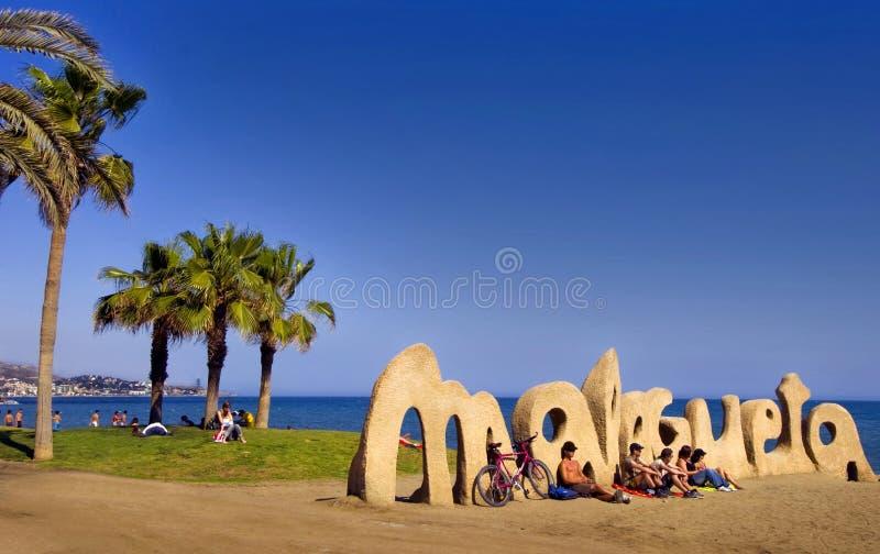 MALAGA, ESPANHA - 20 DE ABRIL: Boas vindas do sinal da entrada da praia de Malagueta imagens de stock royalty free