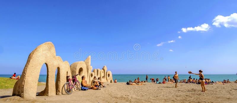 MALAGA, ESPANHA - 20 DE ABRIL: Boas vindas do sinal da entrada da praia de Malagueta imagem de stock royalty free
