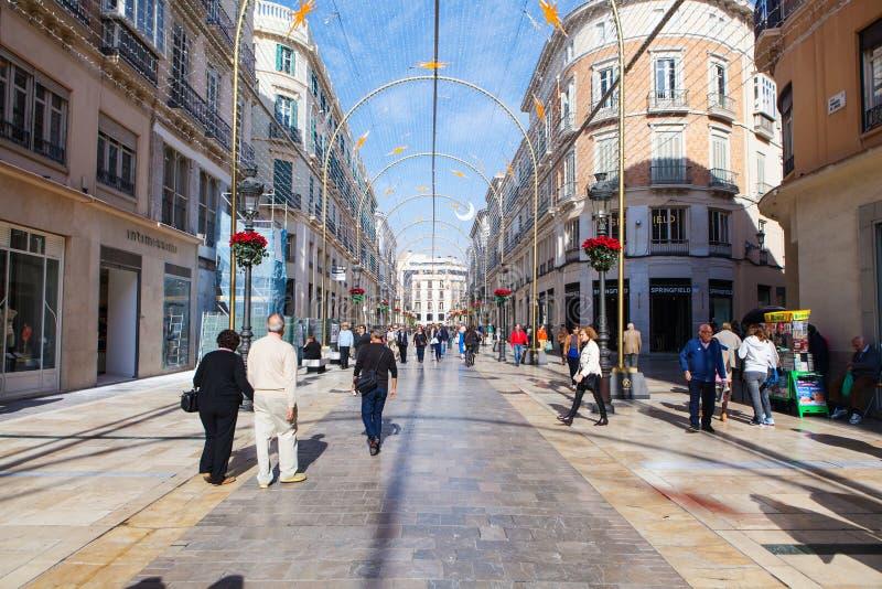 MALAGA, ESPANHA - 2 DE DEZEMBRO DE 2015: Turistas e outros povos que andam por Larios Street de Malaga durante o dia fotos de stock royalty free