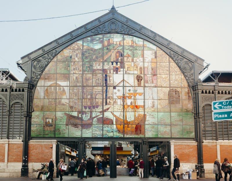 Malaga, Espanha - 5 de dezembro de 2017: Mercado de Atarazanas que constrói a fachada artística com os povos que andam em torno d fotos de stock royalty free