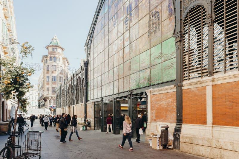 Malaga, Espanha - 5 de dezembro de 2017: Mercado de Atarazanas que constrói a fachada artística com os povos que andam em torno d imagem de stock