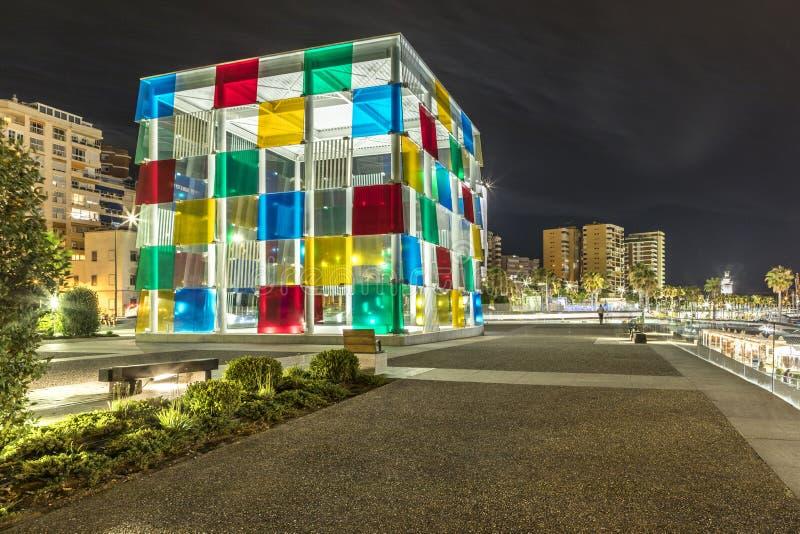 MALAGA, ESPANHA - 28 de junho de 2018: Arquitetura da cidade da noite do porto de Malaga, com o museu de Malaga do Centre Pompido imagens de stock royalty free