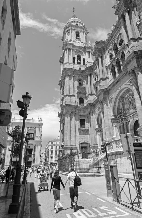 MALAGA, ESPANHA - 25 DE MAIO DE 2015: A torre da catedral e a fachada e a Plaza del Obispo imagens de stock royalty free