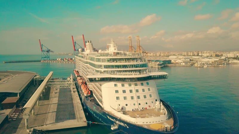 MALAGA, ESPANHA - 27 DE SETEMBRO DE 2018 Vista aérea do navio de cruzeiros grande Mein Schiff 5 no porto marítimo imagem de stock