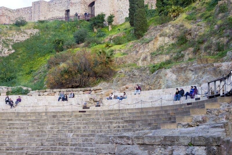 Malaga, Espanha, em fevereiro de 2019 Teatro romano no fundo do Alcazaba fotos de stock royalty free
