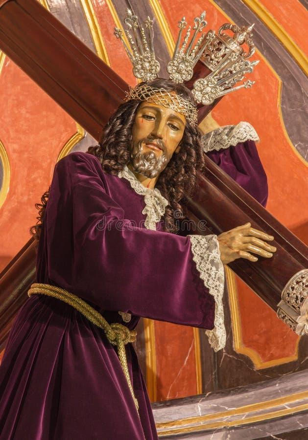 Malaga - a estátua investida tradicional de Jesus com a cruz no del Santiago Apostol de Iglesia da igreja imagens de stock