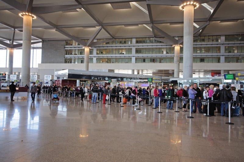 Malaga flygplatsterminal tre kontrollerar in korridorsäkerhetsköen, Spanien arkivbilder