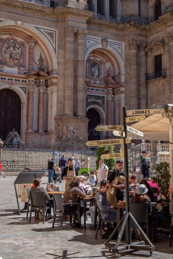 Malaga, Hiszpania 04 04 2019: dosy? troch? kwadrat obok cathedrel otaczaj?cego barami i restauracja tarasami wewn?trz zdjęcia royalty free