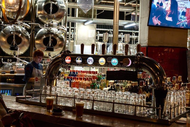 Malaga, Hiszpania 04 04 2019: Losu Angeles Fabrica browaru baru soho Malaga z cruzcampo piwa zbiornikami i klepnięciami zdjęcia stock