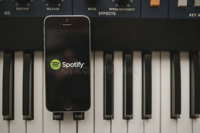 MALAGA, SPAGNA - 12 aprile 2018: Spotify che scorre musica app in uno schermo di iPhone, disposto su una tastiera d'annata fotografia stock libera da diritti