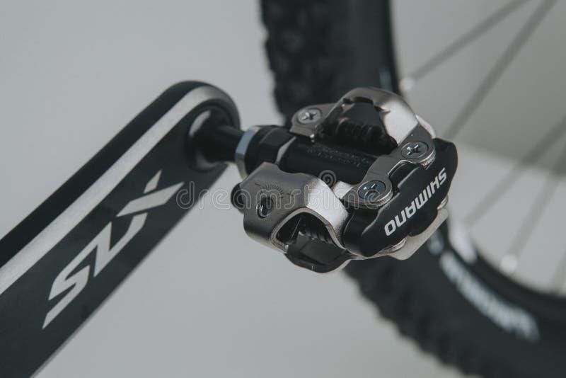 MALAGA, SPAGNA - 5 dicembre 2016: Vista dettagliata del pedale di Shimano SPD e della barretta di Shimano SLX in una Bi nuovissim immagine stock libera da diritti