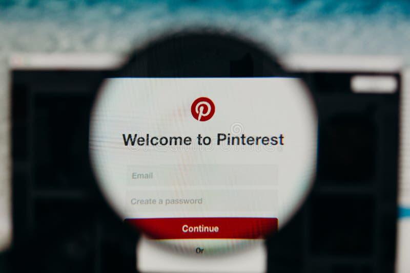MALAGA SPANIEN - JUNI 3, 2017: Pinterest websitedetalj i en datorskärm som beskådas till och med förstoringsglaset Socialt medelb royaltyfri fotografi