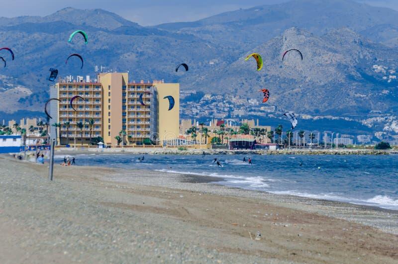 MALAGA SPANIEN - MAJ 25, 2018 tycker om Kiteboarder att surfa i blått arkivbild