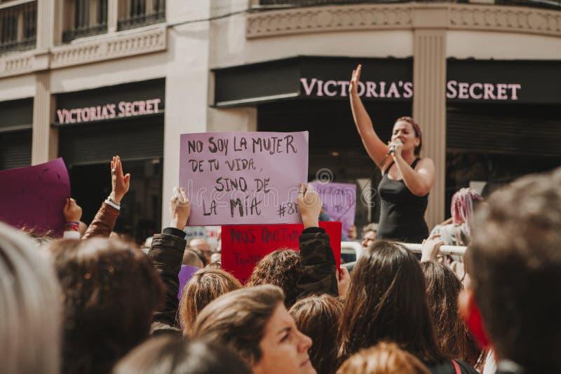 MALAGA SPANIEN - MARS 8, 2018: Tusentals kvinnor tar delen i det feministiska slaget på kvinnadagen i centret av Malaga arkivfoton