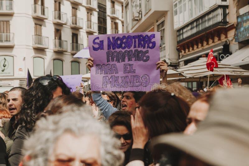 MALAGA SPANIEN - MARS 8, 2018: Tusentals kvinnor tar delen i det feministiska slaget på kvinnadagen i centret av Malaga royaltyfri bild