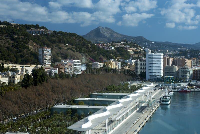 Malaga, Spanje, Februari 2019 Mooie mening van de bergen, de stad, de baai