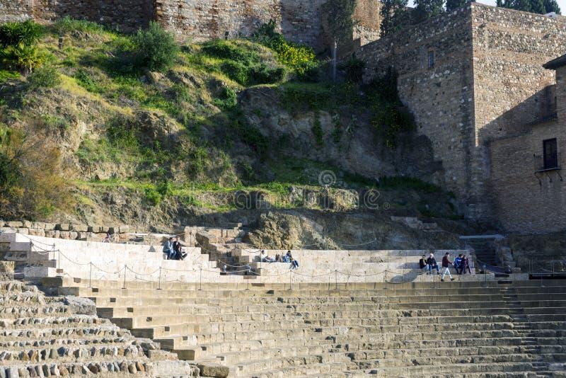 Malaga, Spanje, Februari 2019 Roman theater op de achtergrond van Alcazaba stock afbeelding