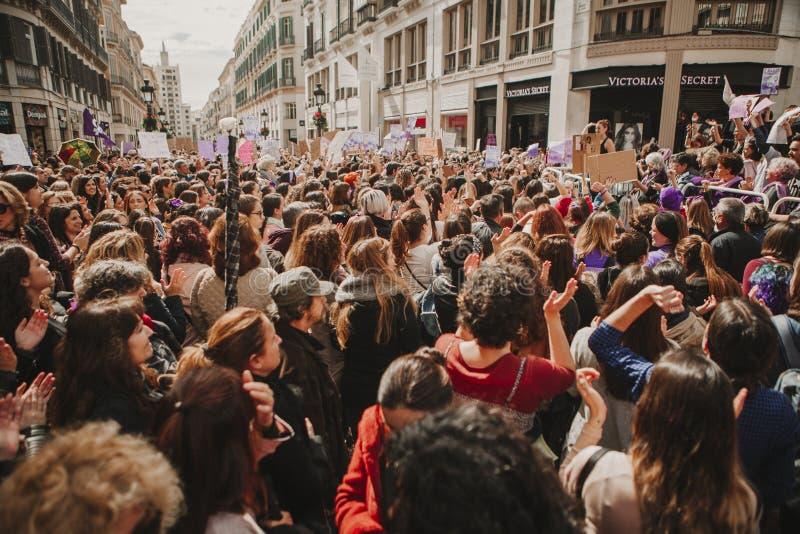 MALAGA, SPANJE - MAART 8, 2018: Duizenden vrouwen nemen aan de Feministische Staking op de Vrouwendag deel in het stadscentrum va royalty-vrije stock foto