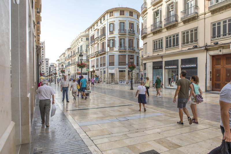 MALAGA, SPANJE - September tweede, 2018: Toeristen die over Larios Street in de ochtend, tijdens een reis in Malaga, Spanje lopen stock afbeelding