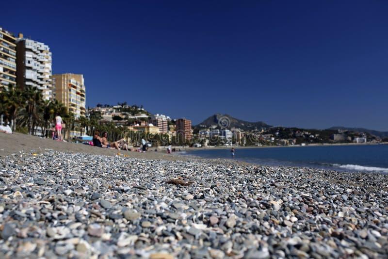 Malagueta- la mayoría de la playa popular en Málaga, Costa del Sol, España defocused fotos de archivo