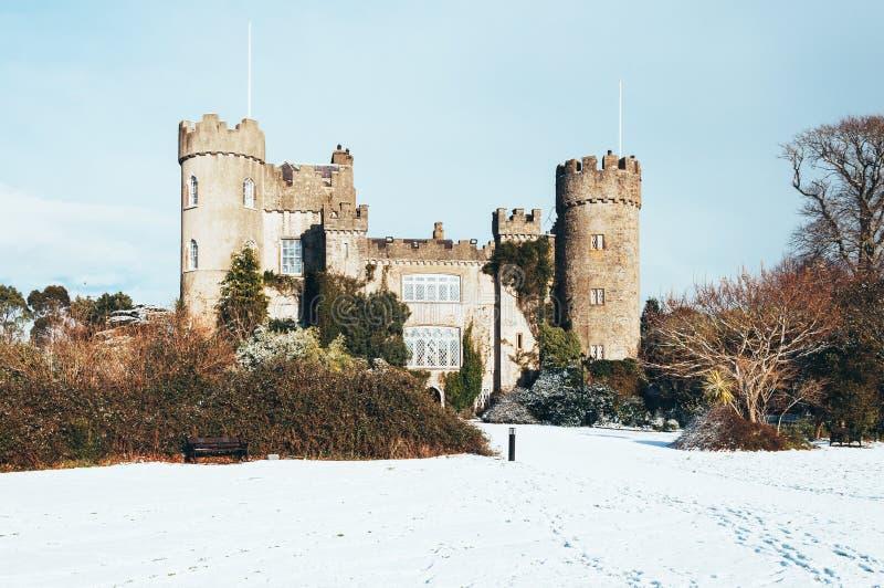 Malahidekasteel in sneeuw, Co Dublin, Ierland royalty-vrije stock afbeeldingen