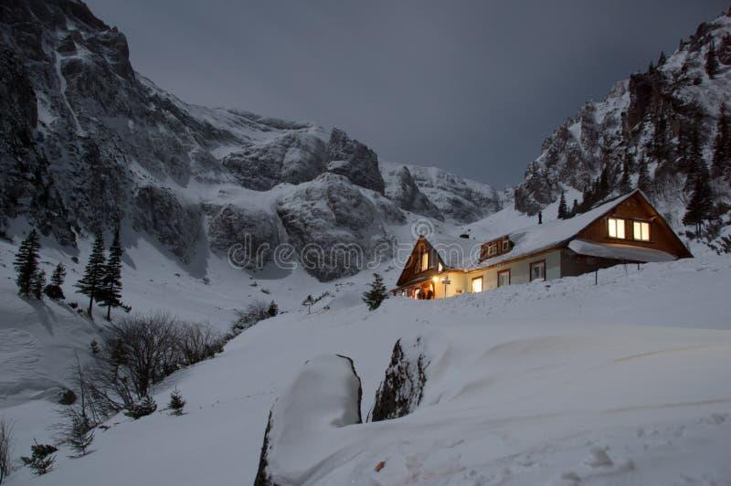 Malaiesti瑞士山中的牧人小屋看法在晚上 图库摄影